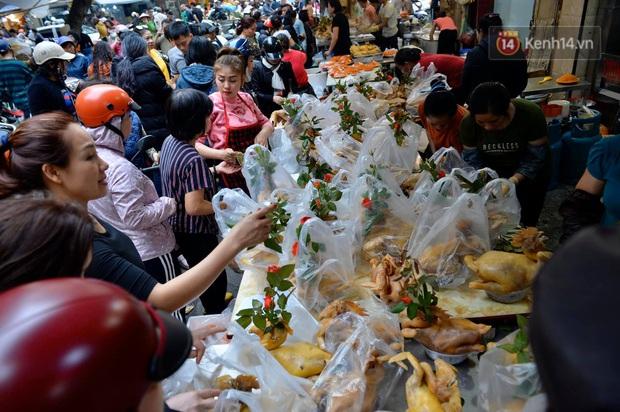 Người dân Hà Nội chen chúc mua gà luộc xôi gấc cúng giao thừa, người bán sắp lễ không ngớt tay - Ảnh 5.