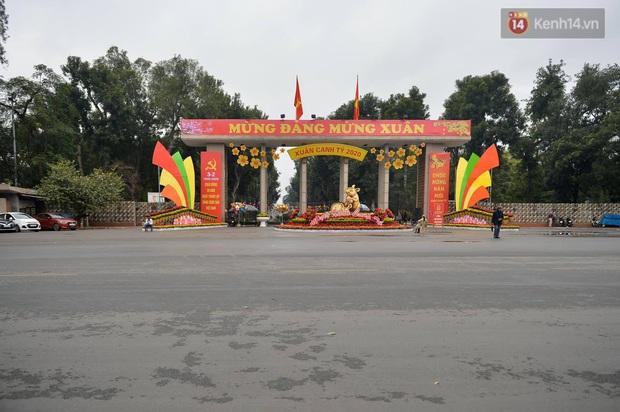 Nhà nhà tiễn năm cũ, đường phố Hà Nội vắng vẻ lạ thường ngày 30 Tết - Ảnh 7.