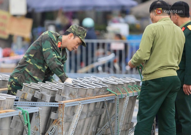 Các trận địa pháo hoa tầm thấp và tầm cao tại Hà Nội đang hối hả thực hiện - Ảnh 2.