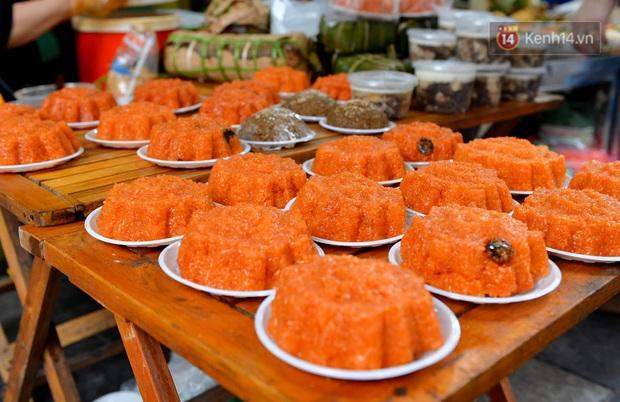 Người dân Hà Nội chen chúc mua gà luộc xôi gấc cúng giao thừa, người bán sắp lễ không ngớt tay - Ảnh 13.