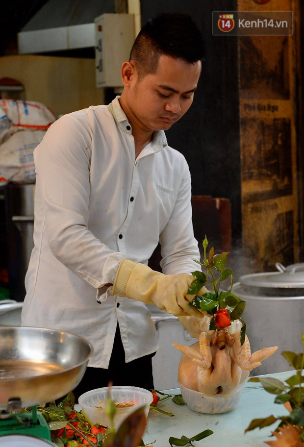 Người dân Hà Nội chen chúc mua gà luộc xôi gấc cúng giao thừa, người bán sắp lễ không ngớt tay - Ảnh 10.