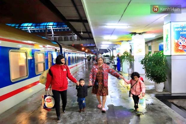 Chuyến tàu cuối cùng của năm Kỷ Hợi rời ga Hà Nội trong cơn mưa tầm tã - Ảnh 1.