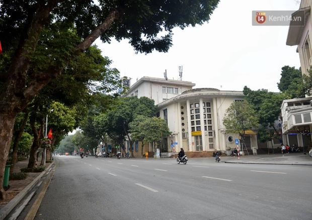 Nhà nhà tiễn năm cũ, đường phố Hà Nội vắng vẻ lạ thường ngày 30 Tết - Ảnh 8.