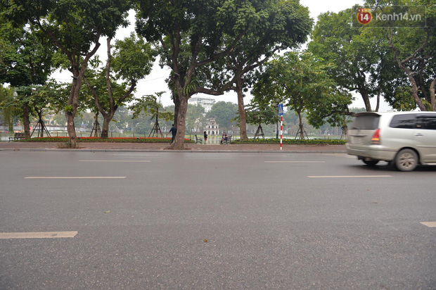 Nhà nhà tiễn năm cũ, đường phố Hà Nội vắng vẻ lạ thường ngày 30 Tết - Ảnh 9.