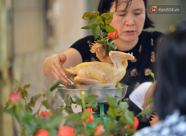Người dân Hà Nội chen chúc mua gà luộc xôi gấc cúng giao thừa, người bán sắp lễ không ngớt tay - Ảnh 6.