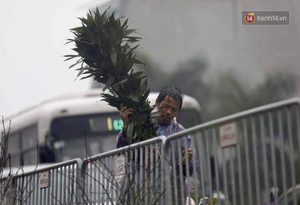 Chợ hoa Quảng An ngập trong rác, nhiều người vẫn tranh thủ đội mưa đi mua hoa Tết - Ảnh 12.