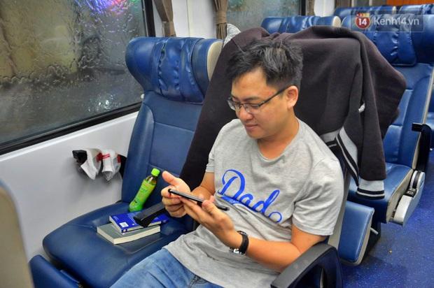 Chuyến tàu cuối cùng của năm Kỷ Hợi rời ga Hà Nội trong cơn mưa tầm tã - Ảnh 8.