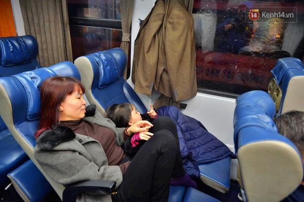 Chuyến tàu cuối cùng của năm Kỷ Hợi rời ga Hà Nội trong cơn mưa tầm tã - Ảnh 6.