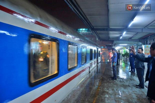 Chuyến tàu cuối cùng của năm Kỷ Hợi rời ga Hà Nội trong cơn mưa tầm tã - Ảnh 10.