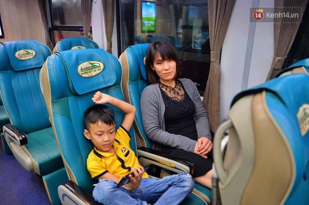 Chuyến tàu cuối cùng của năm Kỷ Hợi rời ga Hà Nội trong cơn mưa tầm tã - Ảnh 7.