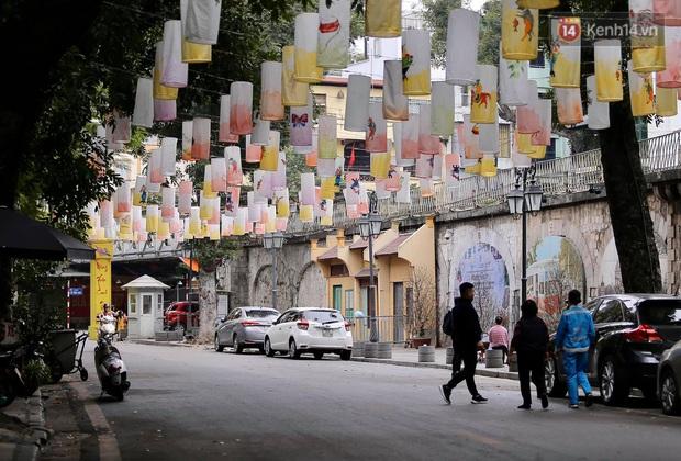 Nhà nhà tiễn năm cũ, đường phố Hà Nội vắng vẻ lạ thường ngày 30 Tết - Ảnh 11.