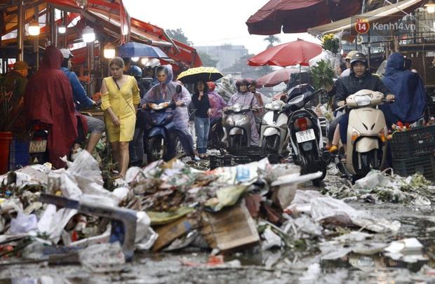 Chợ hoa Quảng An ngập trong rác, nhiều người vẫn tranh thủ đội mưa đi mua hoa Tết - Ảnh 2.