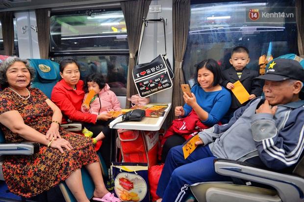 Chuyến tàu cuối cùng của năm Kỷ Hợi rời ga Hà Nội trong cơn mưa tầm tã - Ảnh 5.