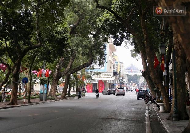 Nhà nhà tiễn năm cũ, đường phố Hà Nội vắng vẻ lạ thường ngày 30 Tết - Ảnh 10.