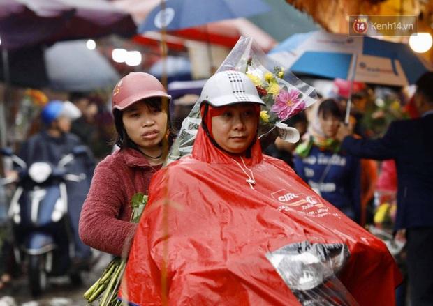 Chợ hoa Quảng An ngập trong rác, nhiều người vẫn tranh thủ đội mưa đi mua hoa Tết - Ảnh 15.