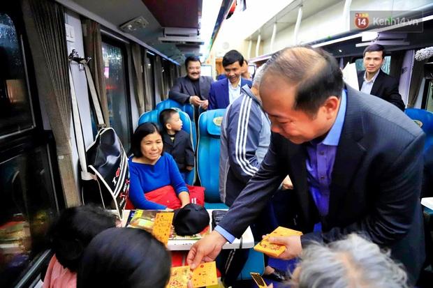 Chuyến tàu cuối cùng của năm Kỷ Hợi rời ga Hà Nội trong cơn mưa tầm tã - Ảnh 3.