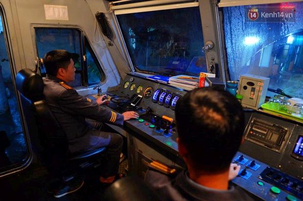 Chuyến tàu cuối cùng của năm Kỷ Hợi rời ga Hà Nội trong cơn mưa tầm tã - Ảnh 9.