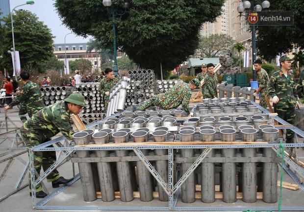 Các trận địa pháo hoa tầm thấp và tầm cao tại Hà Nội đang hối hả thực hiện - Ảnh 1.