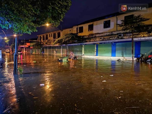 Ác mộng nước ngập đêm 30 Tết: Nước đục ngàu tràn vào nhà, đêm giao thừa bì bõm lội nước chờ đón pháo hoa - Ảnh 10.