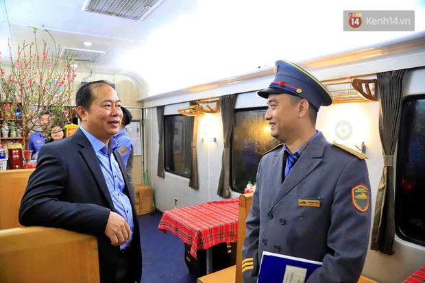 Chuyến tàu cuối cùng của năm Kỷ Hợi rời ga Hà Nội trong cơn mưa tầm tã - Ảnh 2.