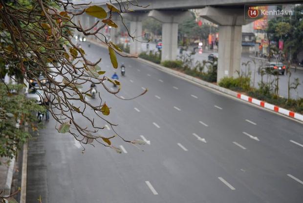 Nhà nhà tiễn năm cũ, đường phố Hà Nội vắng vẻ lạ thường ngày 30 Tết - Ảnh 1.
