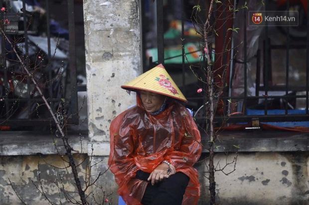 Chợ hoa Quảng An ngập trong rác, nhiều người vẫn tranh thủ đội mưa đi mua hoa Tết - Ảnh 13.