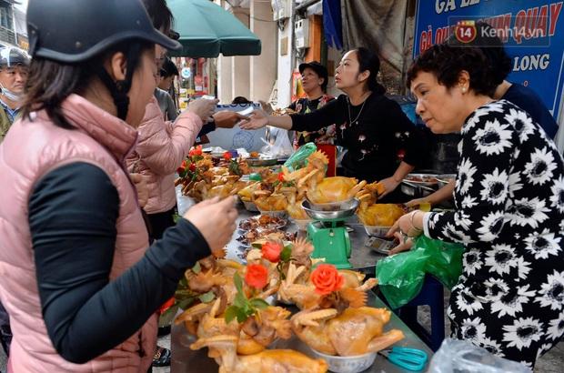 Người dân Hà Nội chen chúc mua gà luộc xôi gấc cúng giao thừa, người bán sắp lễ không ngớt tay - Ảnh 4.