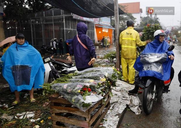 Chợ hoa Quảng An ngập trong rác, nhiều người vẫn tranh thủ đội mưa đi mua hoa Tết - Ảnh 7.