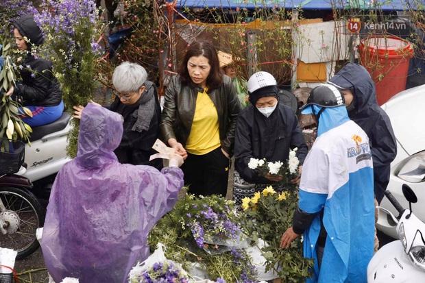 Chợ hoa Quảng An ngập trong rác, nhiều người vẫn tranh thủ đội mưa đi mua hoa Tết - Ảnh 8.