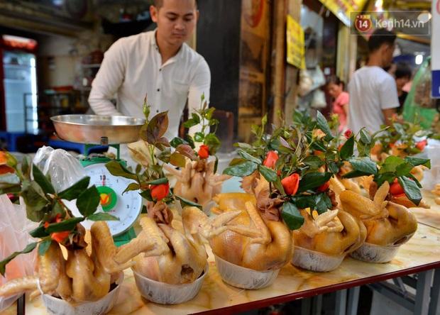 Người dân Hà Nội chen chúc mua gà luộc xôi gấc cúng giao thừa, người bán sắp lễ không ngớt tay - Ảnh 9.
