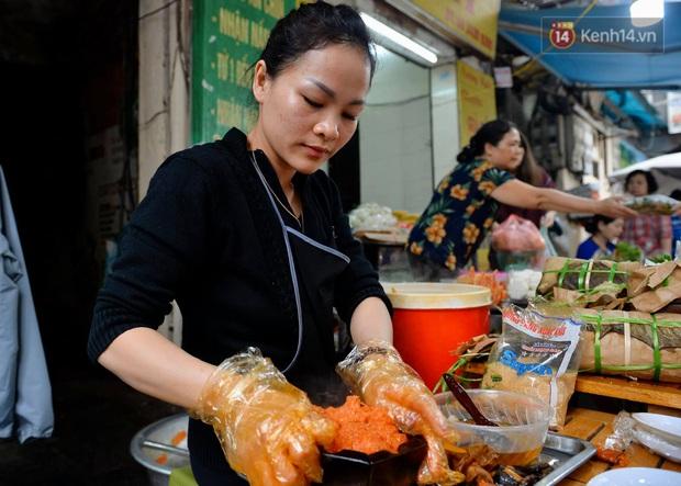 Người dân Hà Nội chen chúc mua gà luộc xôi gấc cúng giao thừa, người bán sắp lễ không ngớt tay - Ảnh 11.