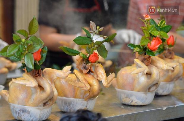 Người dân Hà Nội chen chúc mua gà luộc xôi gấc cúng giao thừa, người bán sắp lễ không ngớt tay - Ảnh 7.
