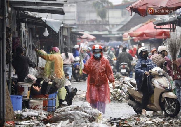 Chợ hoa Quảng An ngập trong rác, nhiều người vẫn tranh thủ đội mưa đi mua hoa Tết - Ảnh 3.