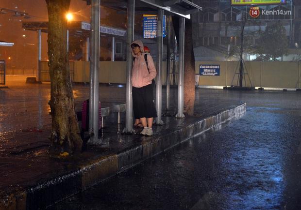 Lâu lắm rồi Hà Nội mới đón giao thừa trong tiết trời xấu thậm tệ, mưa xối xả cả ngày khiến đường ngập như sông - Ảnh 9.