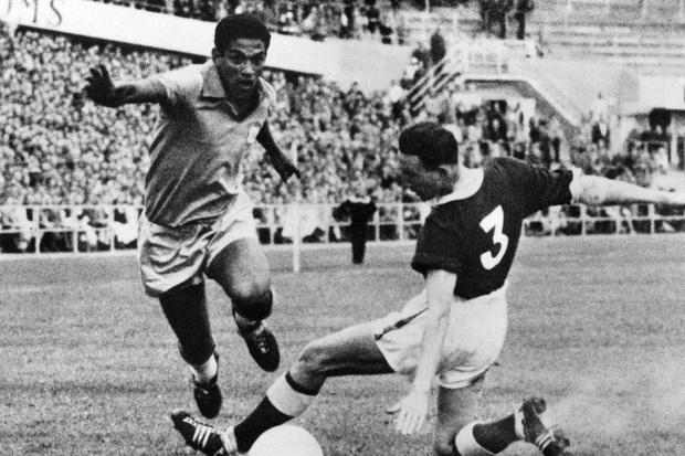 Garrincha: Thiên tài chân cong được sùng bái hơn cả Vua bóng đá Pele đã tự giết mình bằng men rượu như thế nào? - Ảnh 1.