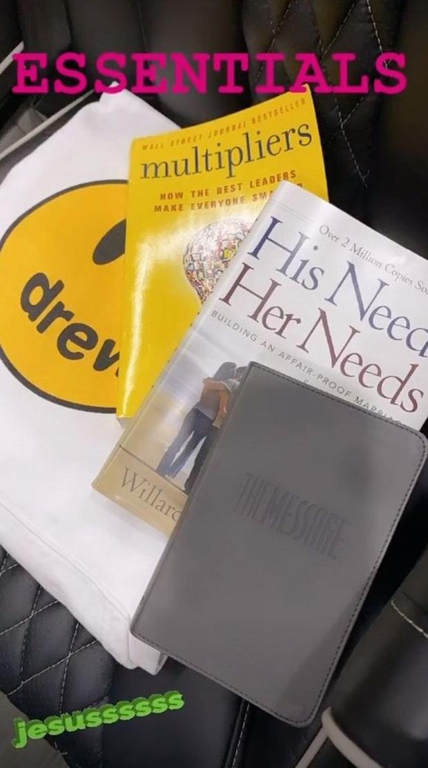 Động thái của Justin Bieber như phủ nhận sạch sẽ tin đồn ngoại tình với Selena: Đọc sách dạy chống ngoại tình vì Hailey - Ảnh 1.