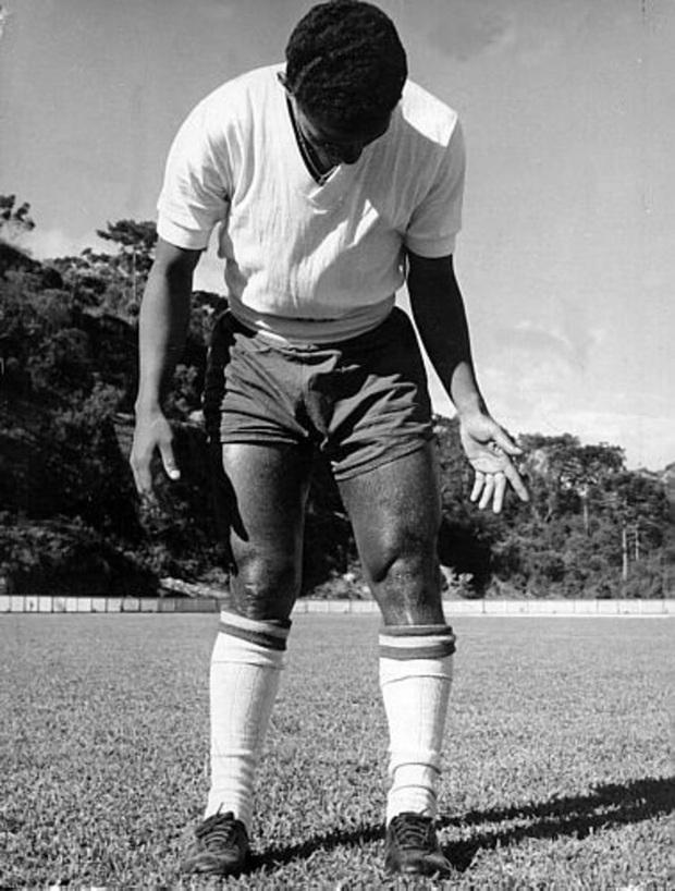 Garrincha: Thiên tài chân cong được sùng bái hơn cả Vua bóng đá Pele đã tự giết mình bằng men rượu như thế nào? - Ảnh 2.