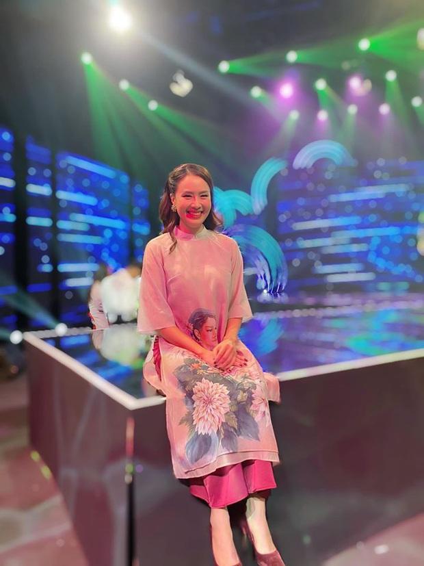 Cùng với các người đẹp Việt, dàn hậu cung VTV cũng khoe sắc trong những tà áo dài duyên dáng đón Xuân về - Ảnh 1.