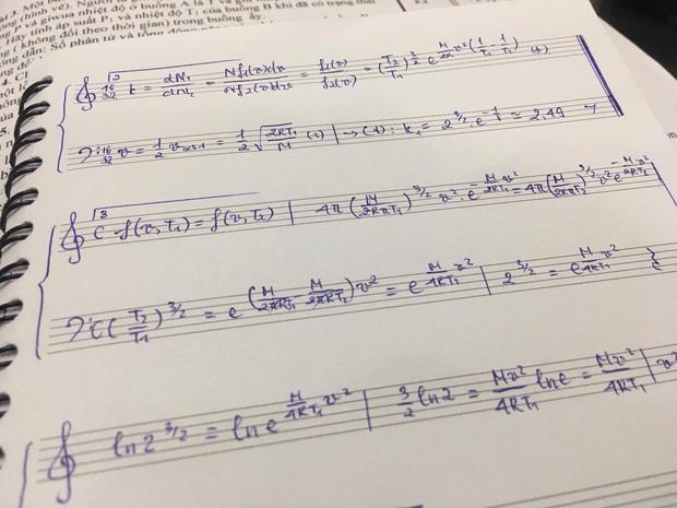 Làm bài tập ngày Tết quá chán, nam sinh quyết định vẽ hẳn khuông nhạc viết lên cho có không khí Xuân - Ảnh 1.