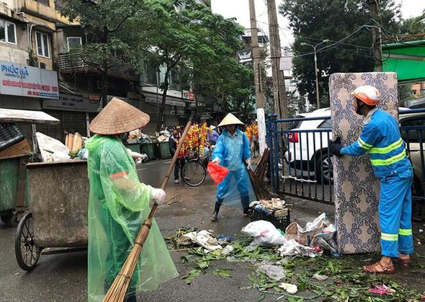 Hà Nội: Rác tăng đột biến 30 Tết, công nhân căng mình dọn rác - Ảnh 1.