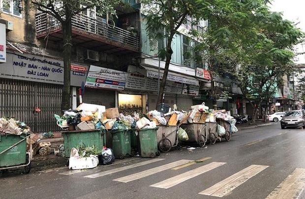 Hà Nội: Rác tăng đột biến 30 Tết, công nhân căng mình dọn rác - Ảnh 2.