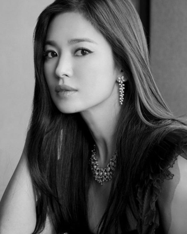 Song Hye Kyo leo top Naver khi chia sẻ ảnh đón Tết độc thân đầu tiên sau khi ly hôn Song Joong Ki - Ảnh 2.