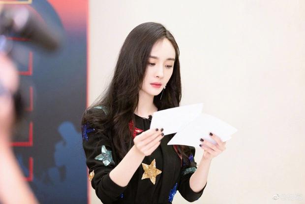 Dàn sao châu Á đón Tết: Jisoo mặc hanbok, Lisa khoe ảnh sexy, Baifern siêu nhắng còn Dương Mịch lại lo lắng không thôi - Ảnh 2.