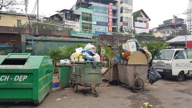 Hà Nội: Rác tăng đột biến 30 Tết, công nhân căng mình dọn rác - Ảnh 3.