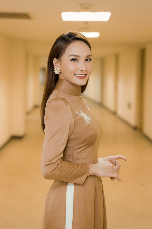 Cùng với các người đẹp Việt, dàn hậu cung VTV cũng khoe sắc trong những tà áo dài duyên dáng đón Xuân về - Ảnh 4.