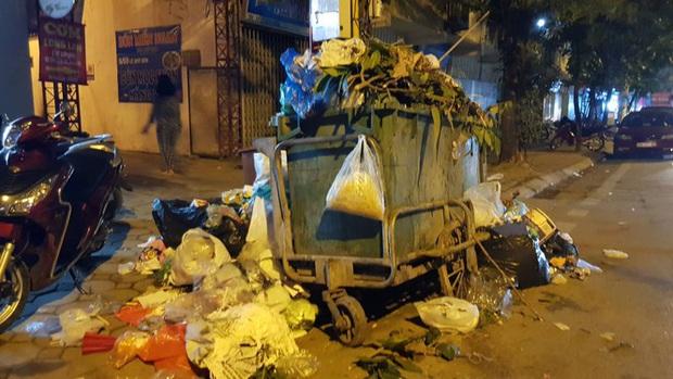 Hà Nội: Rác tăng đột biến 30 Tết, công nhân căng mình dọn rác - Ảnh 4.