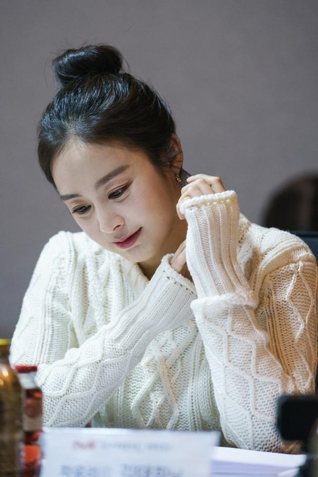 """Kim Tae Hee trong phim mới: 40 tuổi mà như """"lão hóa ngược"""" về những năm đôi mươi nhờ kết thân với kiểu tóc búi củ tỏi - Ảnh 4."""