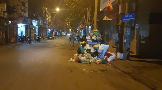 Hà Nội: Rác tăng đột biến 30 Tết, công nhân căng mình dọn rác - Ảnh 5.