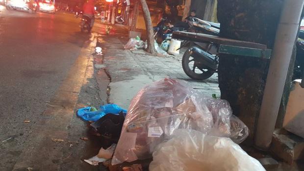 Hà Nội: Rác tăng đột biến 30 Tết, công nhân căng mình dọn rác - Ảnh 6.