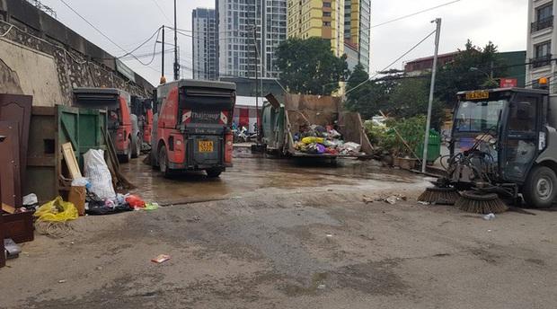 Hà Nội: Rác tăng đột biến 30 Tết, công nhân căng mình dọn rác - Ảnh 7.